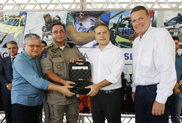 O governador Renan Filho entregou, nesta sexta-feira (25), viaturas, armamentos de ponta e um sistema de radiocomunicação digital capaz de cobrir 100% do território alagoano