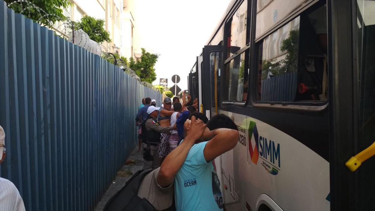 Polícia Militar durante abordagens a coletivos (Foto: BPTran)
