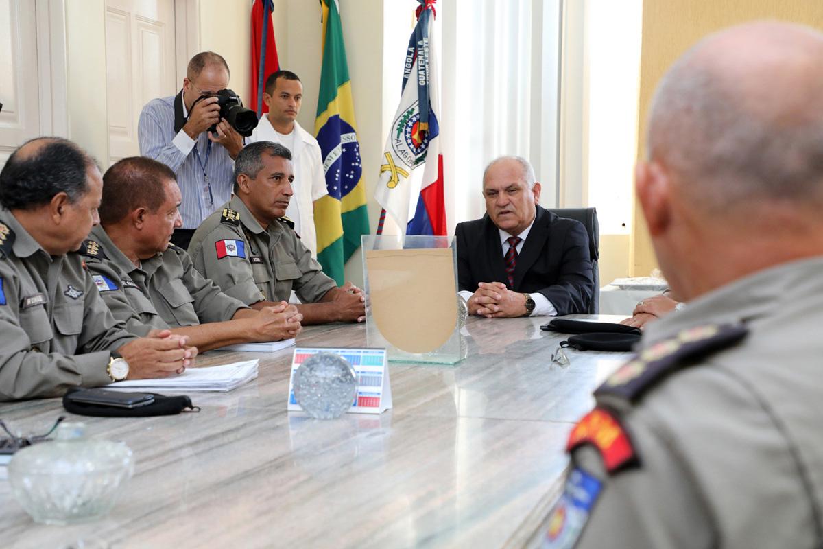 Governador em exercício em visita ao Comando da PMAL (Foto: Márcio Ferreira)