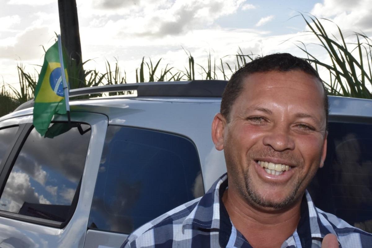 o taxista Jailson de Araújo da Silva, 43 anos, comemora recuperação do acesso a Roteiro (Foto: Neno Canuto)