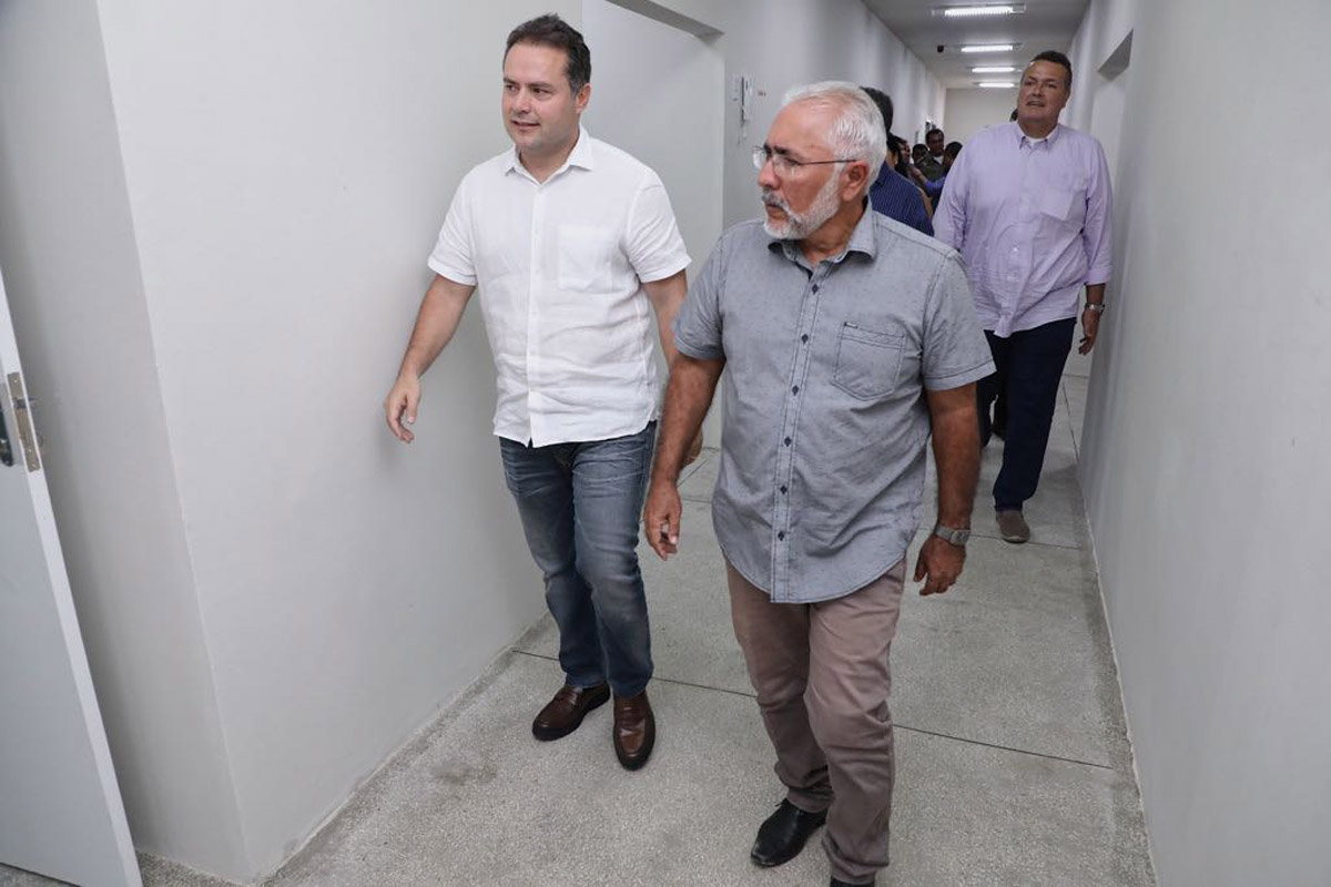 Governador nas instalações do 9º BPM em Delmiro Gouveia (Foto: Márcio Ferreira)