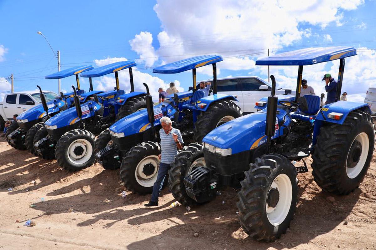 Tratores entregues em Delmiro Gouveia (Foto: Márcio Ferreira)