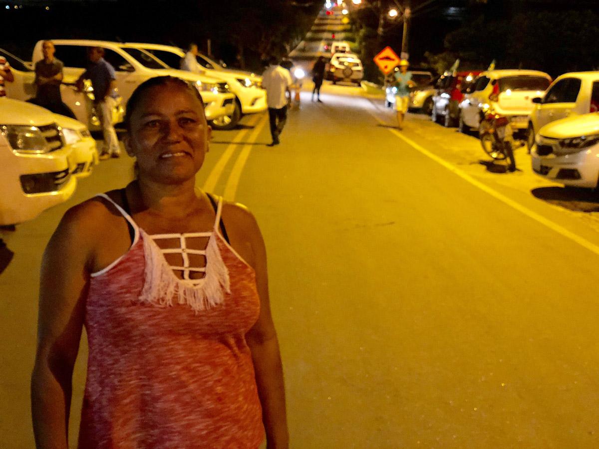 Agricultora Maria Quitéria dos Santos mora do povoado de Olivença e depende da estrada que dá acesso à cidade para atividades cotidianas, como ir a uma consulta médica ou levar os filhos à escola (Foto: Ascom Setrand)