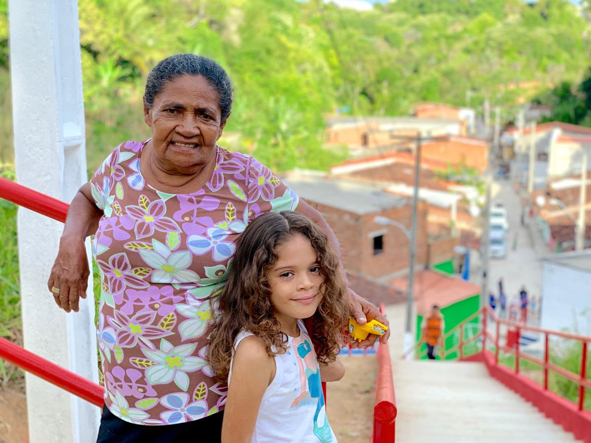 Irmã Zeza comemora as obras de mobilidade que chegaram na Grota do Poço Azul através do Vida Nova nas Grotas (Foto: Manuela Mattos)