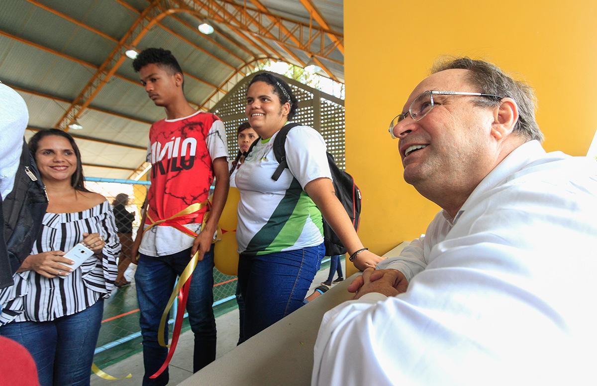 Luciano Barbosa assumiu interinamente o Executivo estadual nesta sexta-feira (19) e participou de inauguração de escola reformada e inauguração de ginásio (Foto: Thiago Sampaio)