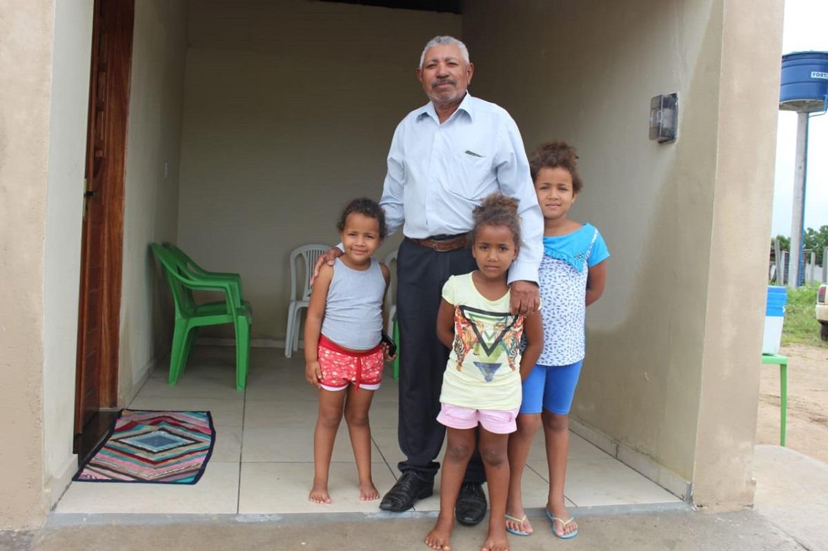 Seu Benedito, de 62 anos, mora na comunidade desde que nasceu_ agora vive no local com esposa, filhos e netas (Foto: Ascom Semarh)