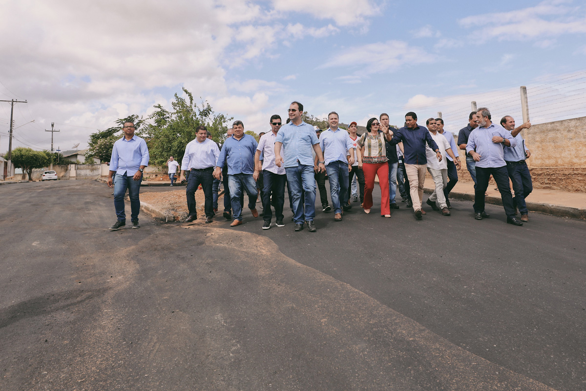 Governador visita obras de pavimentação do conjunto Pedro Suruagy, no bairro de Palmeira de Fora (Foto: Márcio Ferreira)