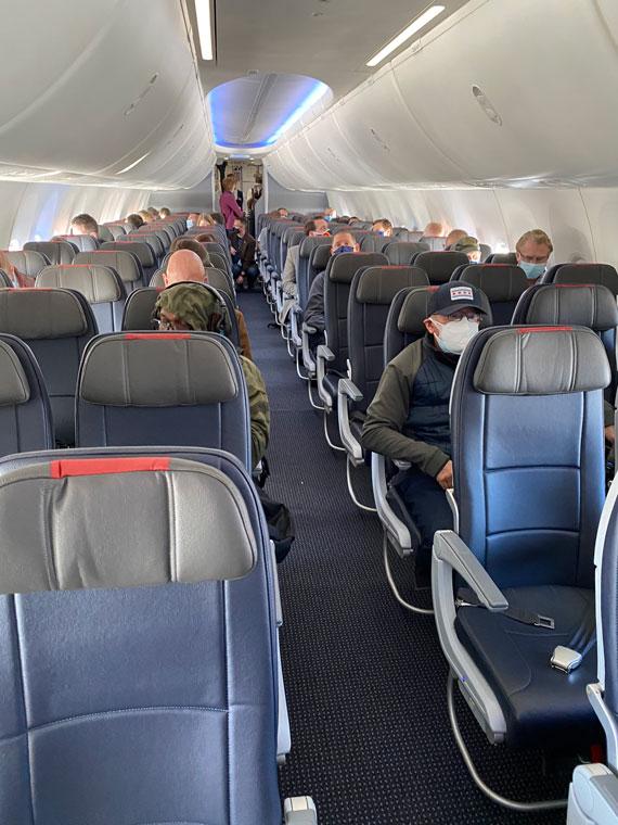 Passageiros, mascarados e distantes, no vôo 737 Max.  Foi o primeiro voo de um jato Max com passageiros que não eram da companhia aérea nem envolvidos na recertificação.