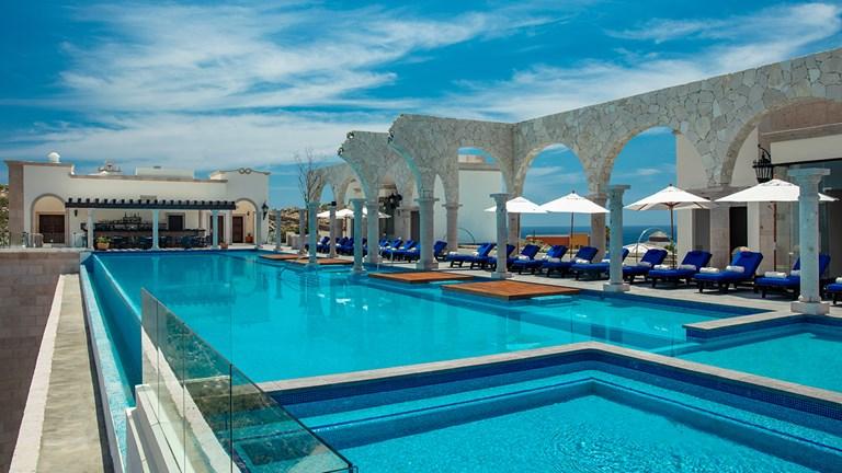 O último andar do Vista Encantada possui uma grande piscina ao ar livre.