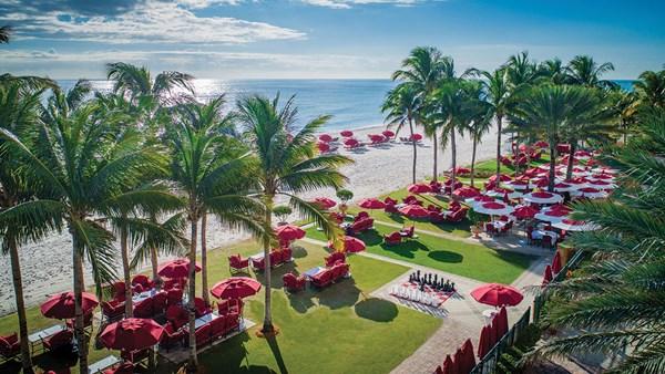 O gramado da frente do Acqualina Resort & Residences, que fica à beira-mar em Sunny Isles Beach.