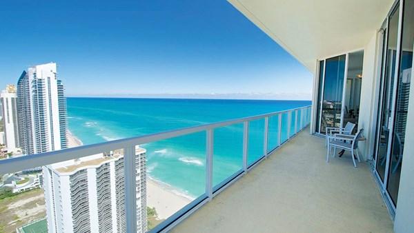 A vista da varanda à beira-mar em uma acomodação de Miami administrada pela TurnKey Vacation Rentals.
